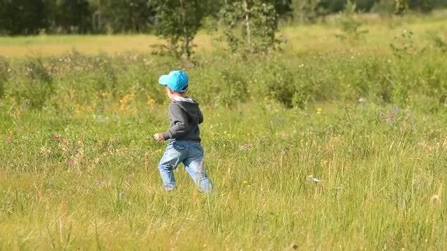 Child Running Through Grass: Stock Video