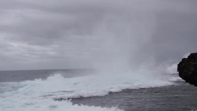 Waves Crashing In Slow Motion: Stock Video
