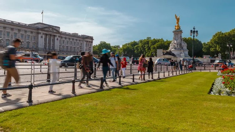 People Walk Around Buckingham Palace: Stock Video