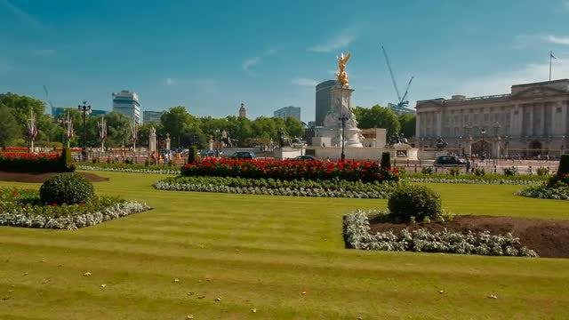 Wide-angle Shot Of Buckingham Palace : Stock Video