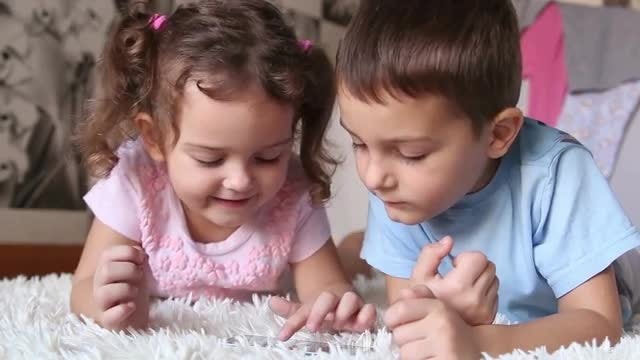 Children Looking At A Phone: Stock Video