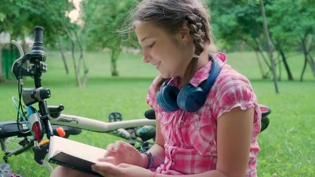 Girl Reading In The Park: Stock Video