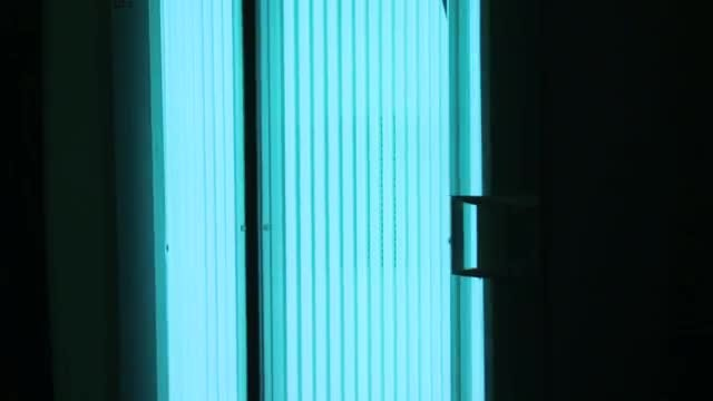 Vertical Tanning Bed Opening : Stock Video