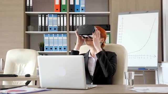 Businesswoman Using VR Headset : Stock Video